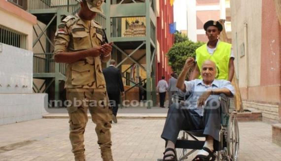 افراد-الجيش-يساعدون-كبار-السن-فى-الغنتخابات