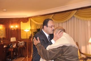 وزير-الداخلية-يقبل-رأس-والد-ضحية-الدرب-الأحمر